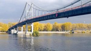 Пешеходный мост с воды